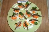 Готовое блюдо: фаршированные яйца с красной икрой