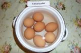 Шаг 1. Отварить яйца до готовности.