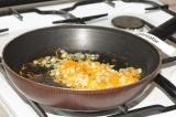 Шаг 2. На разогретой сковороде обжарить лук и морковь до золотистого цвета.