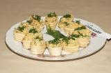 Готовое блюдо: тарталетки с грибами и сыром