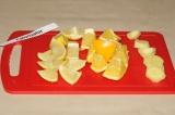 Шаг 1. Очищенный имбирь, 1/2 неочищенного апельсина и лимон нарезать крупными до