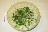 Шаг 12. Посыпать салат нарезанным зеленым луком, сбрызнуть оливковым маслом