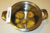 Шаг 1. Картофель отварить в мундире до готовности.