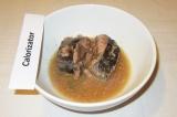 Шаг 6. Тунец выложить в миску вместе с жидкостью.