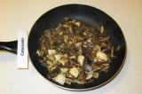 Шаг 4. Грибы обжарить на оливковом масле в течение 10 минут.