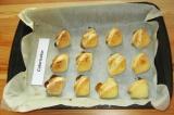Шаг 12. Выложить треугольники на противень, застеленный пекарской бумагой и запе