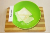 Шаг 1. Творог положить в миску и растереть с 2 ч.л. сахара.