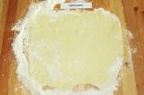 Шаг 6. Раскатать тесто в пласт толщиной 3-5 мм.