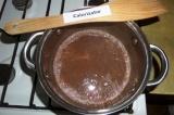 Шаг 10. В смесь влить горячее молоко, поставить кастрюлю на медленный огонь, дов