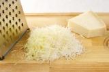Шаг 2. Натереть сыр.