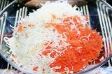 Шаг 3. Смешать сыр и морковь.