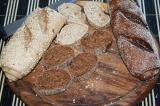 Шаг 6. Порезать хлеб. Выложить салат сверху.