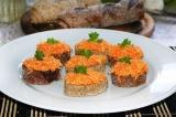 Готовое блюдо: бутерброд с морковью и сыром с чесноком