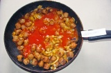Шаг 10. Влить соус и дать потушиться.