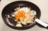 Шаг 6. На сковороде обжарить лук, морковь и дайкон.