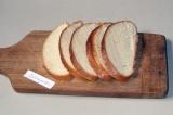 Шаг 1. Хлеб нарезать ломтиками.
