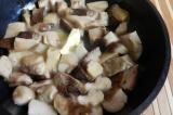 Шаг 3. Порезать грибы поменьше, обжарить, смешав растительное и сливочное масло.