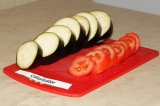 Шаг 1. Баклажаны и помидоры нарезать кружочками шириной примерно 1,5 см.
