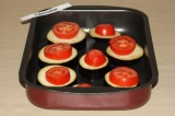 Шаг 2. На смазанный маслом противень выложить баклажаны, немного их посолить.
