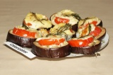 Готовое блюдо: баклажаны с помидорами и сыром