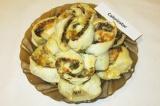 Готовое блюдо: слоеные пирожки с сыром, огурчиками и грибами