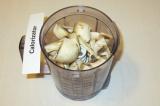 Шаг 3. Загрузить грибы в блендер.