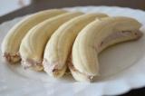 Шаг 5. Покрыть половинки банана кремом. Соединить половинки и убрать в холодильн