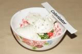 Шаг 2. Смешать нарезанные крабовые палочки, лук, творожный сыр, соль и перец.