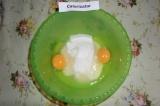 Шаг 1. Яйца взбить с сахаром и ванильным сахаром.