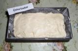 Шаг 7. Выложить тесто в форму для выпечки и отправить кекс в разогретую до 180 г