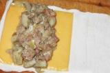 Шаг 9. Развернуть крабовые палочки. Положить пластинку сыра и начинку.