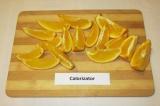 Шаг 3. Апельсины вымыть, нарезать ломтиками.