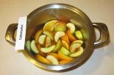 Шаг 5. Добавить в воду фрукты и мед.