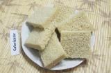 Шаг 1. С хлеба срезать корочки. Разрезать их пополам.