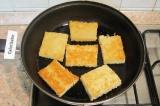 Шаг 2. Разогреть на сковороде растительное масло и обжарить хлеб до золотистой