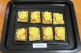 Шаг 4. На хлеб выложить помидоры и посыпать тертым сыром. Запекать в духовке 5-7