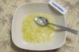 Шаг 5. Для соуса чеснок пропустить через пресс, растереть с солью и заправить ра