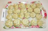 Шаг 11. Готовые слойки выложить на плоское блюдо или тарелку, сверху толстым сло
