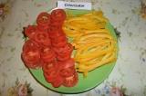 Шаг 5. Начинка: помидоры порезать на тонкие кружочки, болгарский перец на тонкие