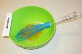 Шаг 1. Одно яйцо взбить венчиком, добавить соль и сахар.