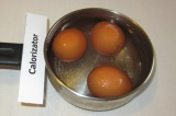 Шаг 6. Оставшиеся три яйца отварить.