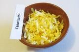 Шаг 7. Яйца измельчить и смешать с обжаренным луком.