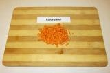 Шаг 1. Морковь почистить и мелко нарезать.