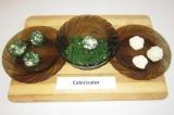 Шаг 6. Из сырной массы скатать шарики размером с грецкий орех. Половину шариков