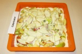Шаг 9. На яблоки распределить ложкой заливку.