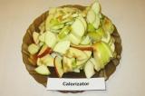 Шаг 6. Яблоки помыть, нарезать средними ломтиками.