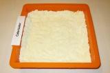 Шаг 7. В форму для выпекания покрошить тесто, сделать руками небольшие бортики.