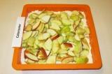 Шаг 8. На тесто выложить яблоки.