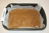 Шаг 4. Вылить тесто на застеленный пекарской бумагой противень.