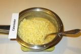 Шаг 4. Добавить тертый сыр и еще раз перемешать. Посолить.